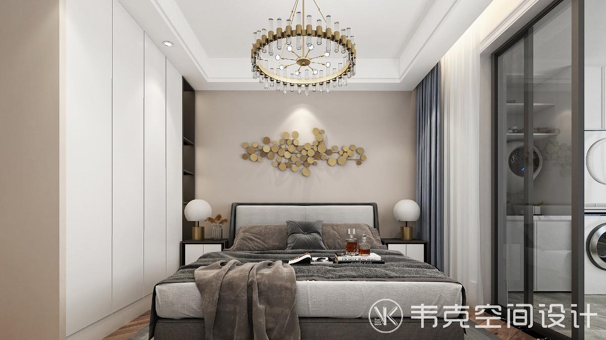 次卧打造成父母房,以简单方便为主,造型经久耐看,空间氛围延续了主卧的一致调性,适当辅以艺术性装饰点缀,整体既自然,又舒服。