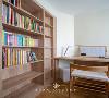 次卧因为格局变动,使其发生「顺势而为」效果。收纳足足的整排书架和切角书桌成为一体,将这个不到7㎡小空间的潜力,发挥到了极致。