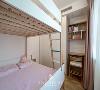 儿童房设立的高低床,满足屋主即将迎来第三个宝宝的需求,也方便来客借宿。而读书的意义对一家人来说,也非常重要。