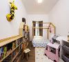 儿童房以活动家具为主,可伴随孩子的成长逐步更新。床顶酷似屋顶,孩子可以在上面悬挂装饰品,让小屋更有趣。童趣的造型搭配柔和的配色,是童话中的城堡,更是梦想空间的模样。