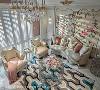 富贵吉祥意象 墙面铺贴牡丹花图案壁布,并用手工金漆线板描绘古典欧式线条,与金元宝造型沙发相互呼应。
