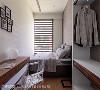白与木纹的协奏 深色百叶窗,搭配木纹书桌及开放式衣柜,简单配色,展现沉静典雅。