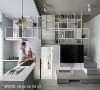 机能重叠 白色方形展示架既可摆放物品,同时能当作楼梯扶手,下层空间则作为洗手台的镜面收纳柜。