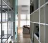 透光玻璃门 由于房屋为单面采光,在房门的材质上选用长虹玻璃,既保留隐私性,又能使光线通透。