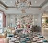 客厅 沙发上方大梁借由层次堆叠及雕花美化藏匿于为无形,两侧以古典欧式木工手工雕刻装饰,搭配旺来招财水晶灯聚财。