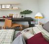 满足孩子们的想象,屋主夫妻大方让孩子们提出自己对于卧房的喜好,哥哥房就以喜欢的绿色作为主色,我们以木纹及深褐色完整对于森林的想象,再局部以黄、红点亮空间。