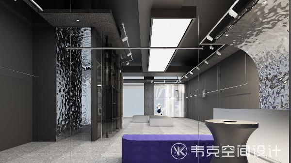 反光的铝板,大面积橱窗,搭配适当的照明光源,让店内通透明亮,浅灰色的空间凸显出多彩服装,金属线条的造型为空间增添了纹理,避免单调的感觉。