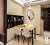 客厅餐厅一体的设计本身就带来大气端庄的大户人家的非凡气度。即便是如此宽敞得可以尽情挥洒的大空间,我们也谨慎克制,小心翼翼的衡量着每一个家具、每一个饰品的尺寸大小、摆放位置。
