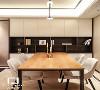 餐厅空间的设计,软装部分增加了整面墙体的储物柜,餐桌与柜体结合,整体感更加简约大气。