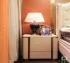 米白色金属线条床头柜,金属框线沿着弧形的造型将整个柜体凸显得稳重大气,与床的设计互补、映衬,使空间风格更加统一。