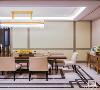 """餐区精致高雅,一盏璀璨夺目的水晶光影映照在桌面上,细腻皮椅搭配着精致的装饰品,别具一格,细枝末节处让生活更添艺术色彩。点到为止的""""奢""""、纯粹而精致的""""雅"""", 于低调之中展露华贵的气质。"""