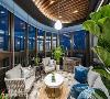 窗外风景 以透明玻璃框大片窗景入室,营造美丽的视觉飨宴,并依屋主需求设计将电视隐藏于岛台中。