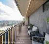 室外阳台 宽阔阳台是悠闲的专属空间,露台上布置单椅与茶几,在此远眺美景,享受恬静片刻。