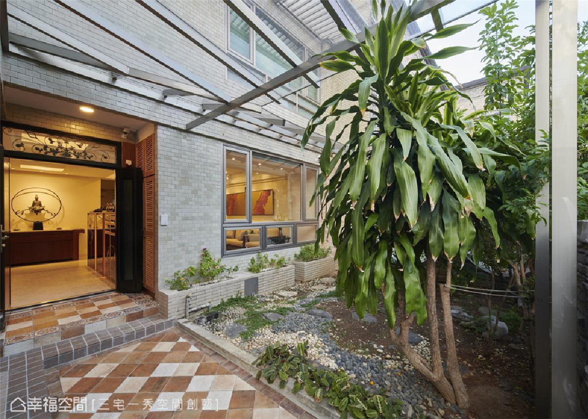 迎宾之道 重塑户外庭院的氛围,重新铺设步道地砖轻透温暖气息,营造宾至如归感受。