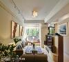 开阔空间尺度 客厅天花板做了微幅改造,不遮梁的原则下,增加空间的阔度和广度,明亮日光搭配灯饰暖光,均匀温暖客厅的每个角落。