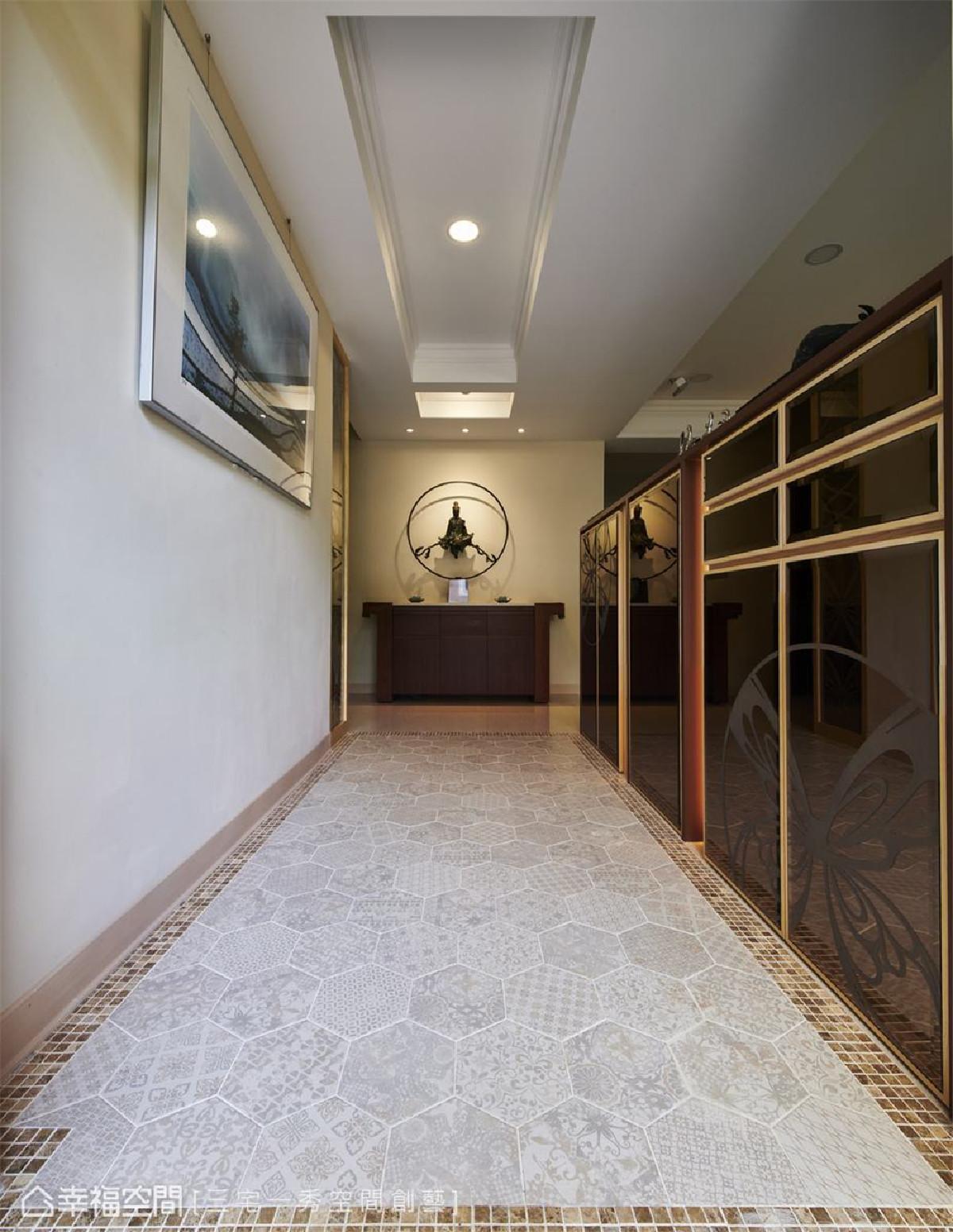 玄关 玄关地坪以六角花砖铺叙出温馨质感,并以此与廊道作出场域界定。端坐的观音像,呈现屋主对于艺术品味,更为空间增添温雅气韵。