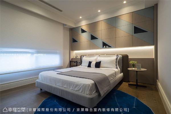 男孩房 床头背墙三角形收纳柜挹注童趣感,用色上以低彩度天蓝色与中性色调的木皮相称烘托率性亦而内敛之氛围。