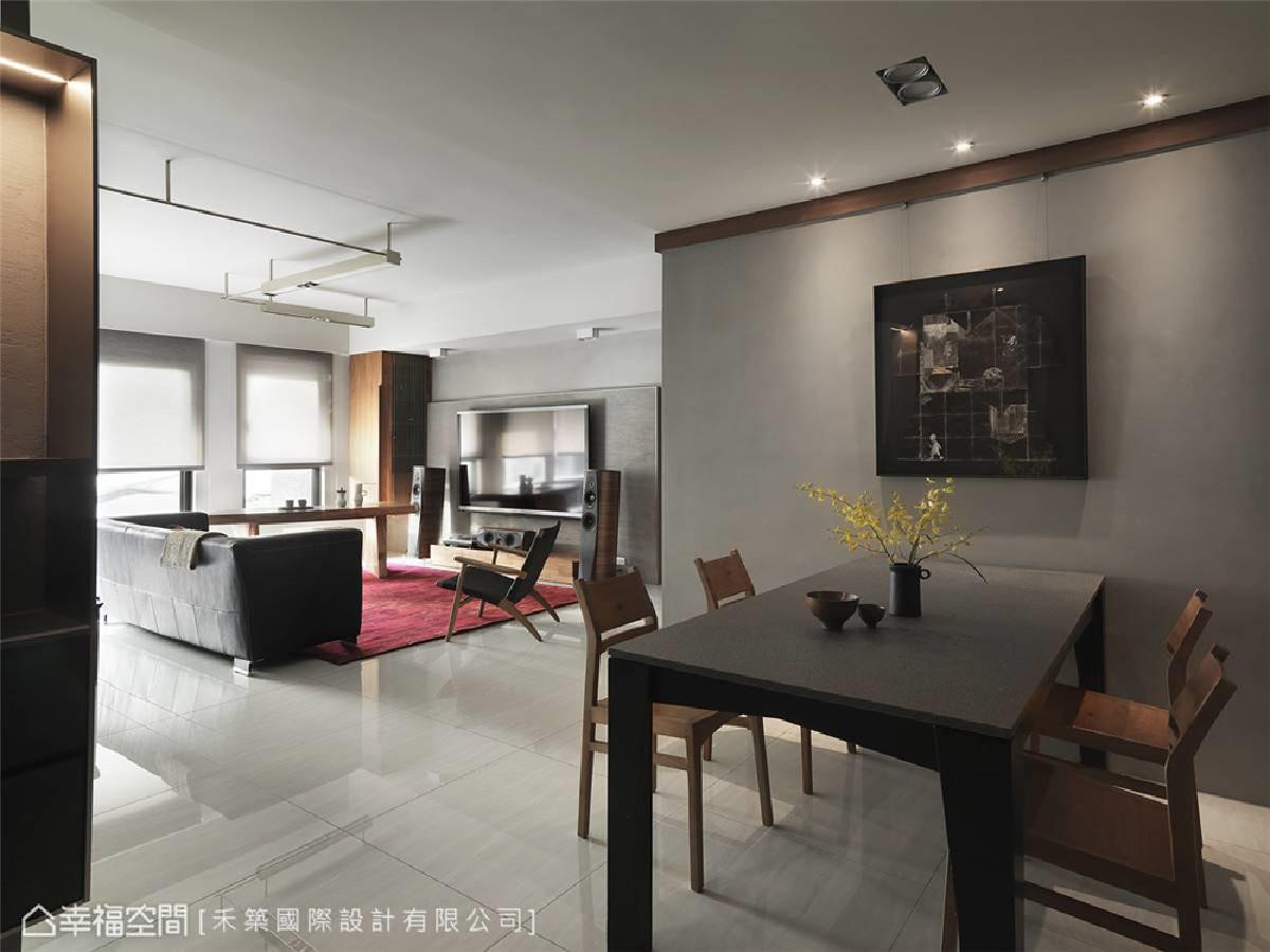 餐厅 于廊道延伸出的木质边条周围,顺势置入灯光及画轨等机能,提升空间使用性。