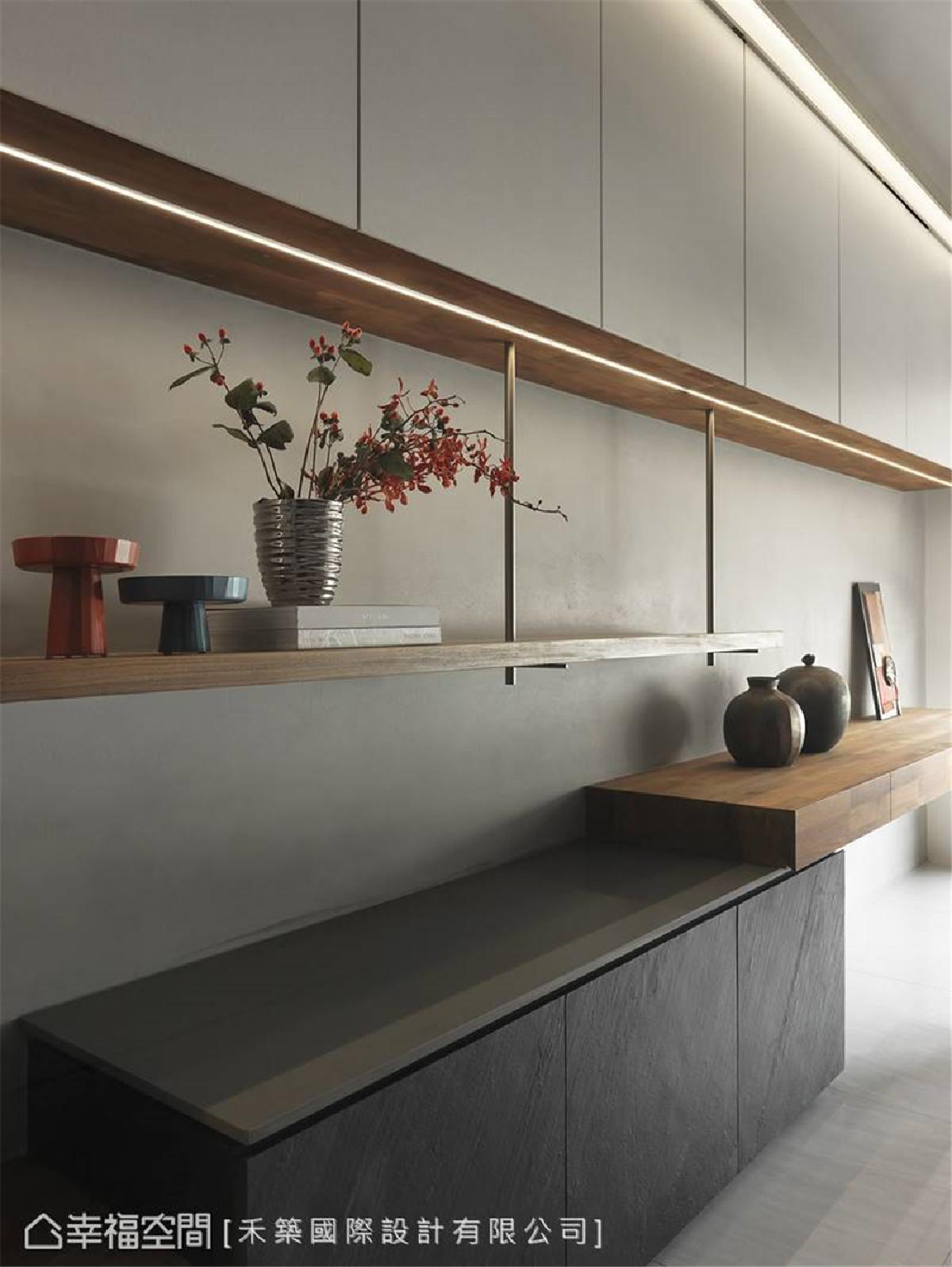 异材质混搭 使用黑色薄板岩、灰色矽钢石及实木层板等天然元素,点缀稳固结构的雾金圆管,搭配特殊漆墙面,描绘出多采多姿的立面表情。