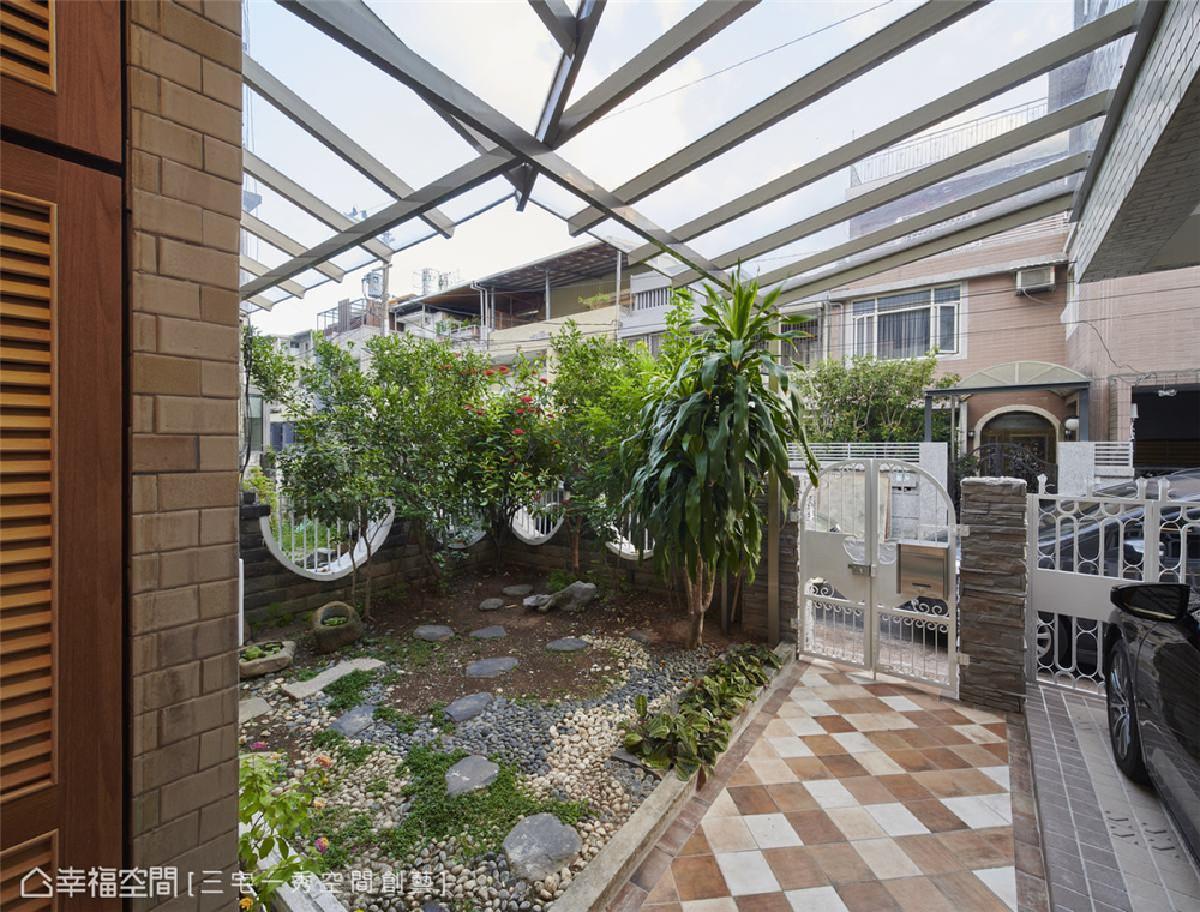 重塑庭院造景 改善原有遮雨棚的压迫感,并重整草皮植栽,让原有的庭院造景与大自然更为融入,舒心幽雅。