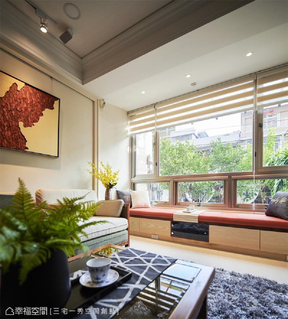 悠闲一隅 在客厅大面窗旁铺叙卧榻,倚窗而坐,静享青葱绿意与安然恬适生活感。