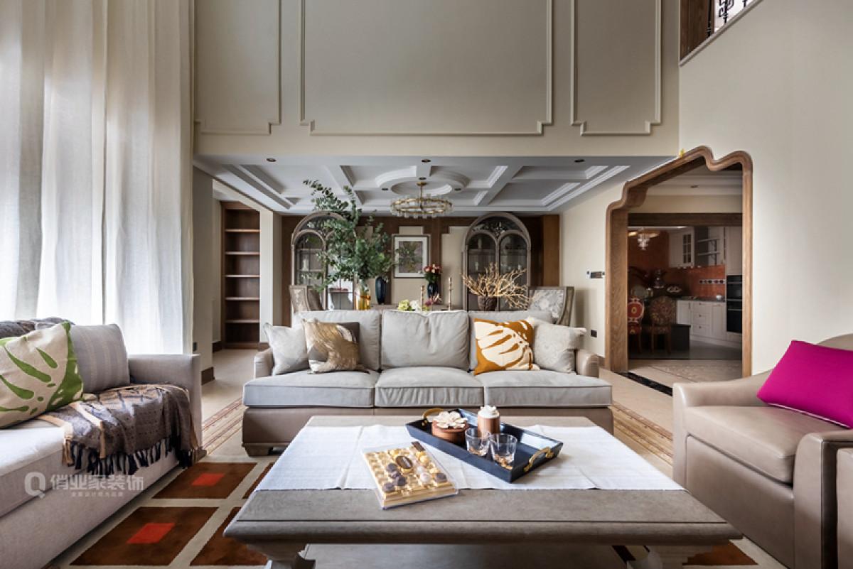 本案会客厅设计上保留了绝对的空高,用原木打造等空高镂空展示柜,不仅让室内采光、通风更加互通充足,同时空间更显开阔大气!电视墙用文化石进行装点,渲染美式风格的风格特色,大宅设计品质由此开始。