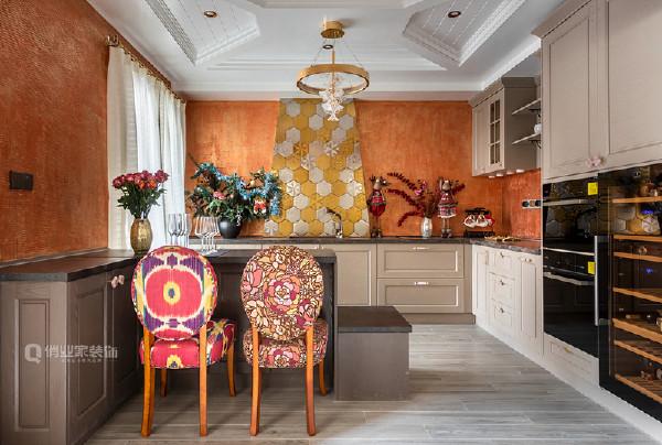 本项目采用双厨房设计,一套家居设计内同时提供西式料理和中式料理两种厨房生活方式,有着更强大、更丰富的功能!既满足业主的碎片化需求,又保证了装潢效果的时尚。