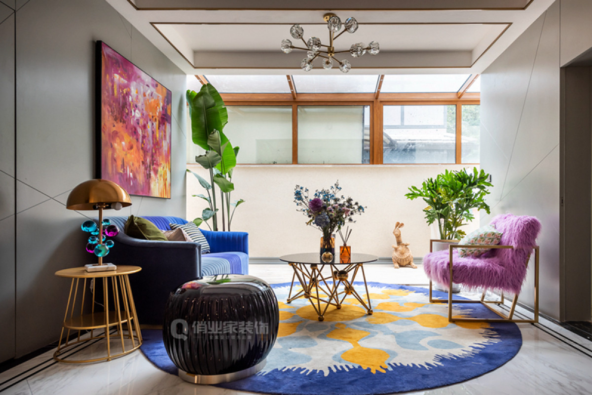本区域作为主要面向家庭成员的休闲场所,相较于一楼会客厅的稳重大气,用色方面显得大胆许多,玫红与深蓝撞色带来强烈的视觉冲击感,显得惬意而闲适。