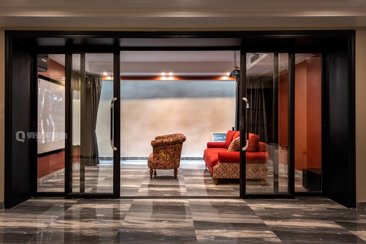 采光井引入自然光,且通过浅色墙地面反射光线,更好地将光线引入室内,拒绝阴暗潮湿,拉上遮阳帘就是一个绝佳的观影区域,且通风良好。