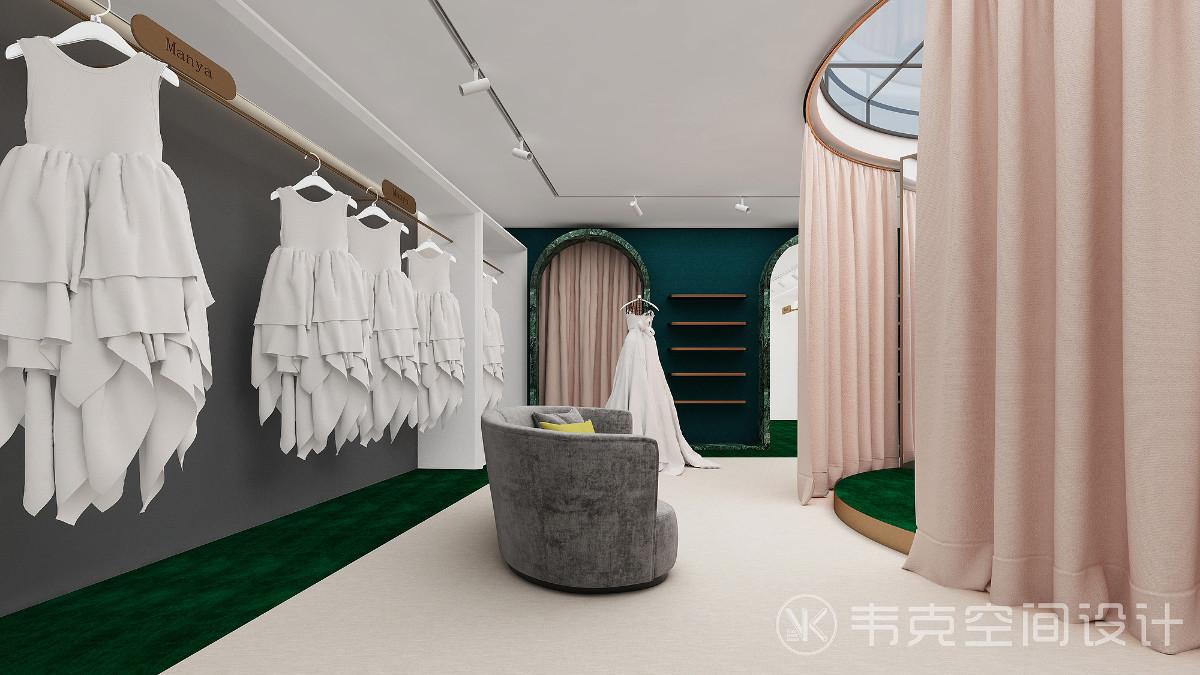 正中央的圆柱形试衣间可同时容纳两个人试穿婚纱,遮光帘外的圆弧形沙发便是亲属等待区,四面墙的陈列架上,每一个造型,每一处细节,都凝结了设计师的独特匠心。