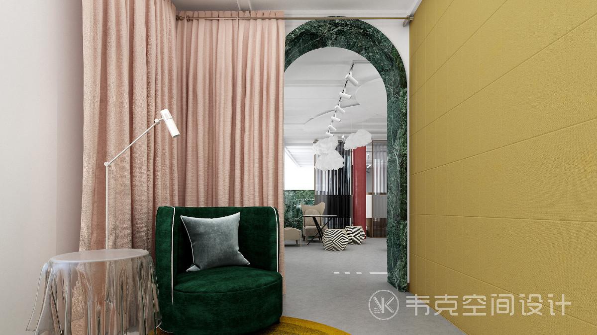 隔壁是VIP化妆保养单人间,淡雅轻盈的鹅黄色能够起到调节氛围的作用,能让人全身心的享受美妆时光。墨绿色沙发有山如眉黛的感觉,无疑是点睛之笔。