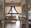 拥有双动线的书房,不管由客厅或是廊道看去,视觉更加开放且穿透,也延续着客厅的灰阶刷色,让视觉干净。