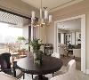 餐厅拥有L型的绝佳景观,如果仅有窗帘,空间呈现过于柔雅,因此摆放上订制屏风,让视觉有层次,再加上灯具与家具的相衬下,将风格塑造更加到味。