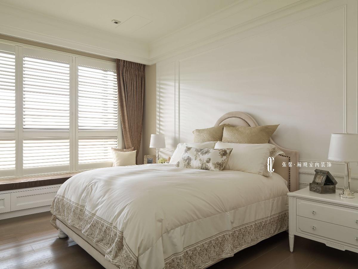 姊姊房,以沉稳的大地色与白色相互搭配,些许的美式线条,营造出古典气息,空间就宛若屋主的知性、优雅。