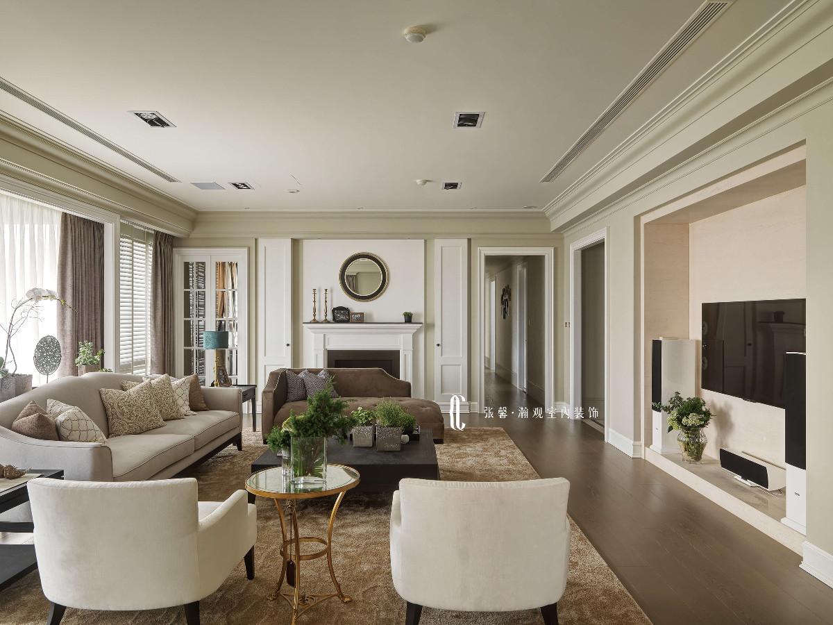 空间以灰阶为基底,在壁面特意再往上漆上一阶灰调,减少了白色的天花板面积,让视觉聚焦在家具软件上,让人感觉沉稳而放松。