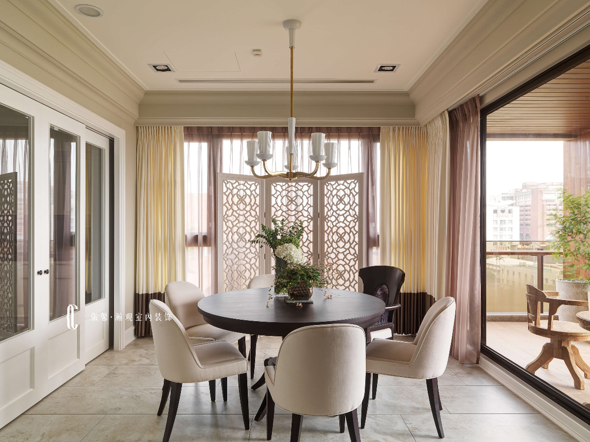 考虑到屋主每日开伙烹煮,以拉门阻隔油烟,清透的玻璃也使视觉无阻碍的看向落地窗外的阳台。