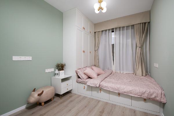浅绿色作为次卧装饰主要色彩,清新而又自然。榻榻米的设计同时满足休息、储物、娱乐一房多用的需求,强化空间利用率。