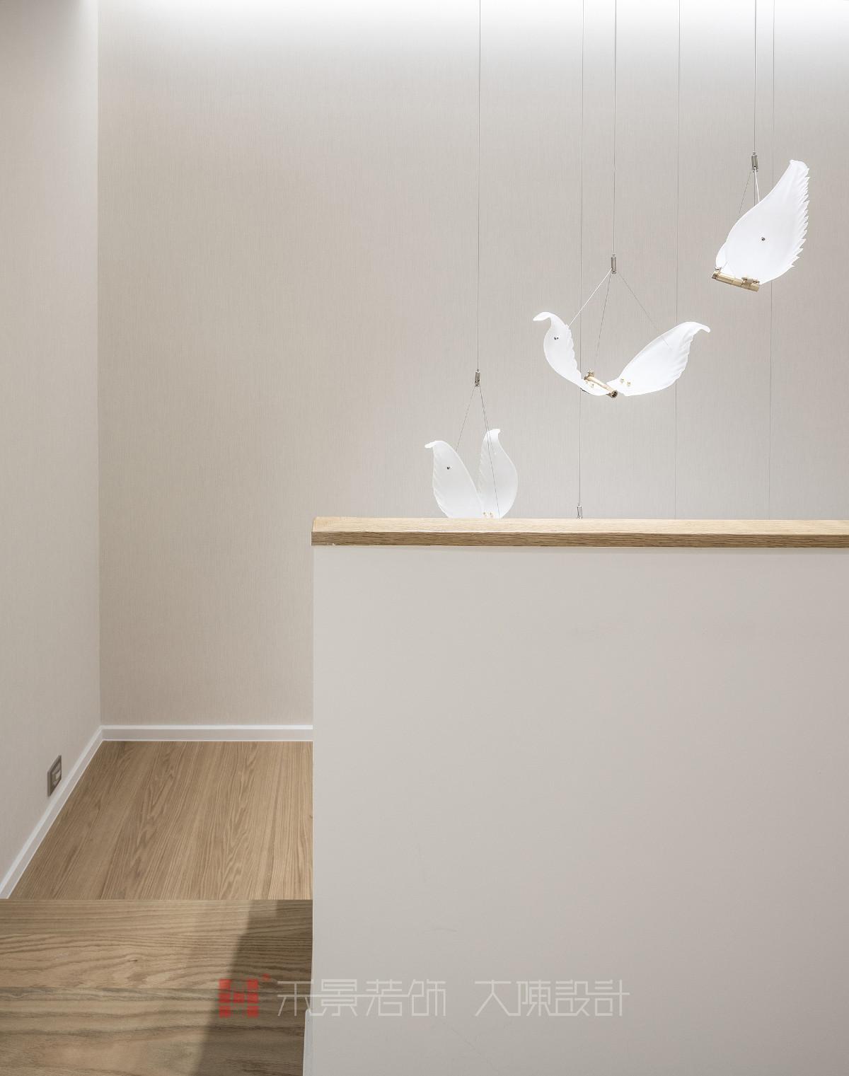 极具潮流的创意羽毛吊灯不仅仅提供简单的照明需求,当灯光亮起时,晶莹剔透的羽毛展翅欲飞,带来轻盈素净的空间意境。