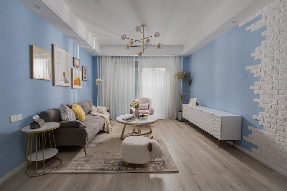 """客厅整体用天蓝色进行装点,让空间显得自然而清新,背景墙加以白色文化砖装饰,将""""天空""""放到了眼前,营造舒适而温馨居家氛围。"""