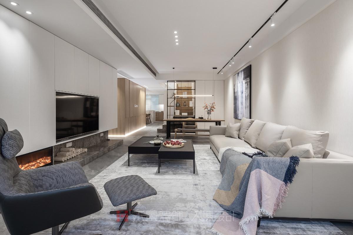 本案是一套二层的复式公寓,相对来说面积比较宽裕,我们希望通过空间的组合与调整,让空间得以延伸,增加舒适感。