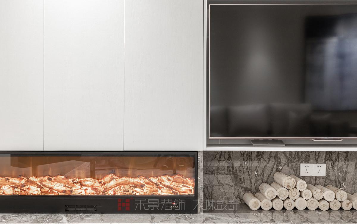 大量的留白突显了壁炉的温暖,家就是这样一个温馨随意的地方。黑色钢板的运用,突出了设计细节的同时,也丰富了空间的层次感。