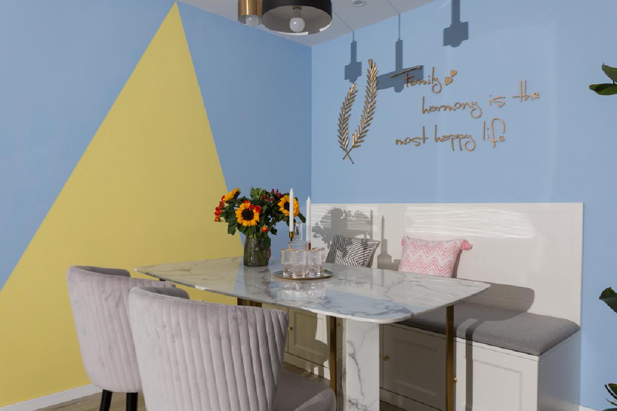 餐厅延续客厅色彩基调,局部使用明媚的黄色进行点缀,让餐厅看上去更加灵动活泼。厨房面积不大,以灰色+白色进行装饰,时尚而富有质感。