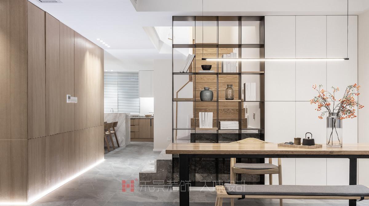 材质的造型和工艺决定了空间的品质,在电视背景柜和楼梯空间的设计上,我们打造出不同寻常的别致感。