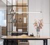 以金属博古架做为客厅与楼梯的隔断,其通透的造型,让整个空间更为明亮。设计感极强的休闲茶桌既有现代的简洁感又不失传统的婉约美感。