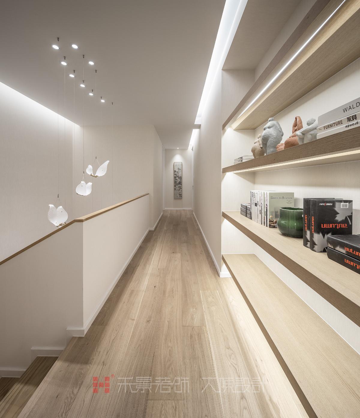 生活细节是对设计最真实的考量,归家就是归心,从入门的指纹锁、感应的楼梯灯、转角处的挂画……一个个细微之处的设计,以其贴心的功能让人倍感温暖。