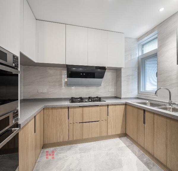 厨房,就是生活的缩影,整洁利落的线条透露着强烈的几何感,注重空间的布局与使用功能的完美结合,收纳功能也精细人性化,整体简约又不失灵动。