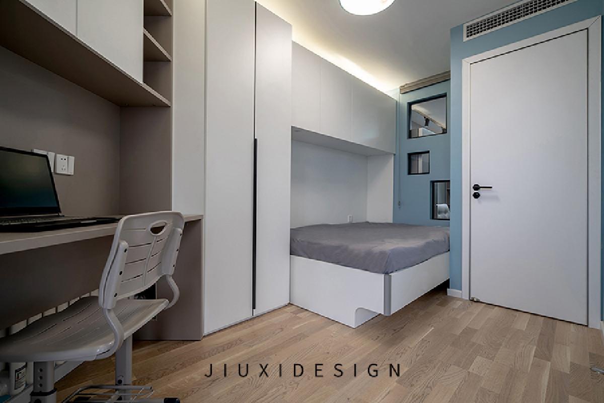 儿童房的墙面选用了浅灰蓝色,门上方预留中央空调出风口,避免直吹床面带来不适,定制的儿童床下方与上方的吊柜会带来许多收纳空间。