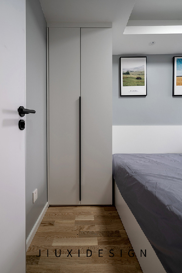 主卧床头一侧安装一个较小的整高衣柜,衣柜靠墙的一侧需要增添一块侧板,厚度与踢脚线一致,可避免安装后门打不开的尴尬情况。