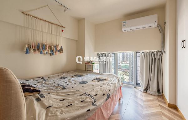 小跃层公寓2楼层高偏低,颜色清爽,造型简约的设计方案更能让这个休息空间变得更加舒适实用。