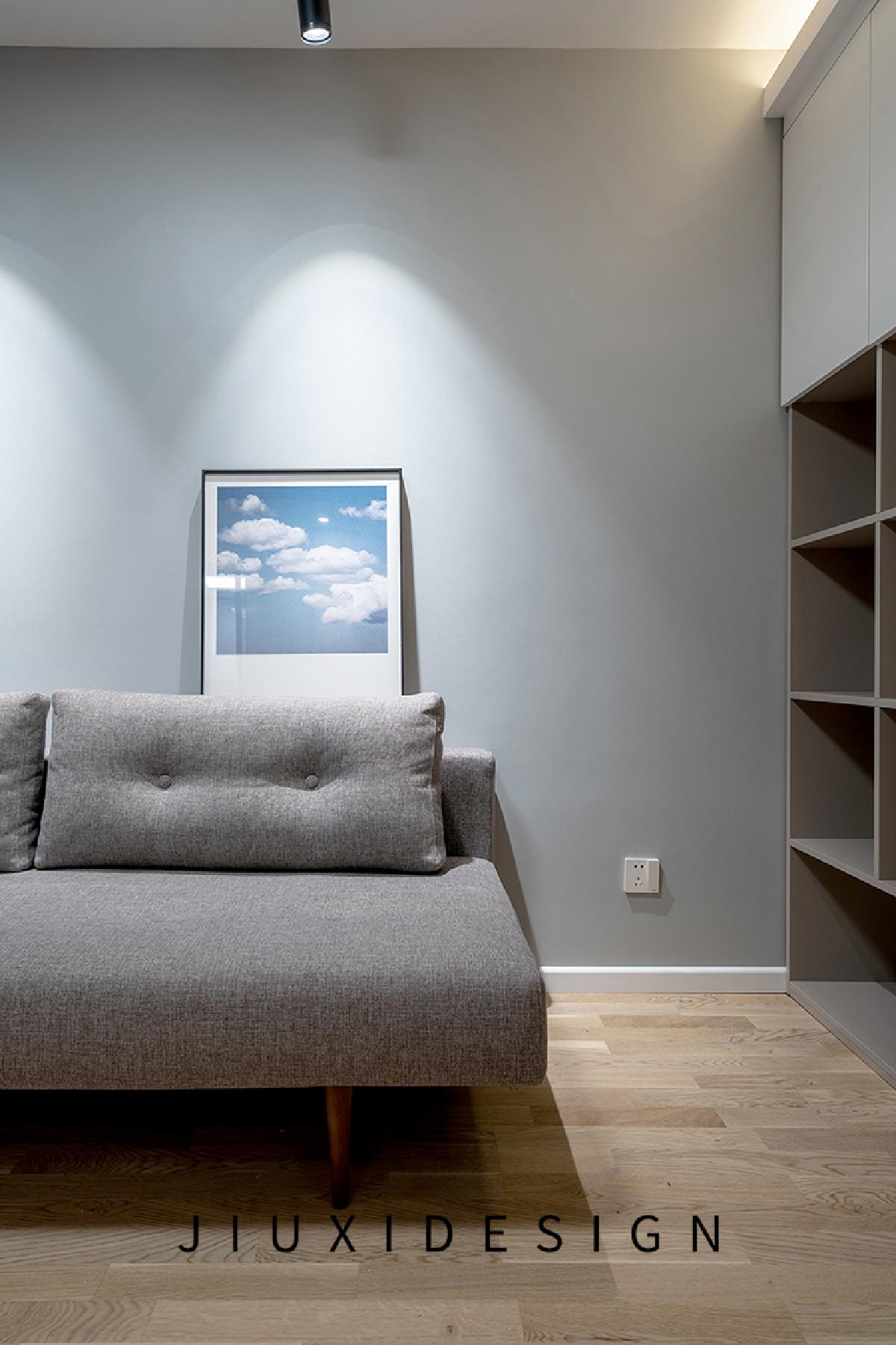 浅灰色布艺沙发宽敞舒适,沙发与储物柜之间预留了插座,方便随手充电。